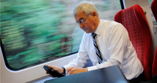hombre manejando tableta blog virtualizando con citrix