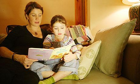 Teletrabajo madre leyendo cuento a su hija blog virtualizando con Citrix